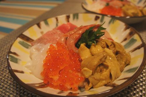 【市場で買ったウニで海鮮丼】_f0215714_1725252.jpg