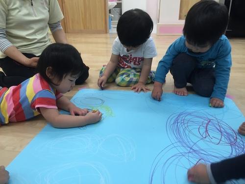 2歳児きりん組 みんなでお絵かき_c0151262_1525159.jpg