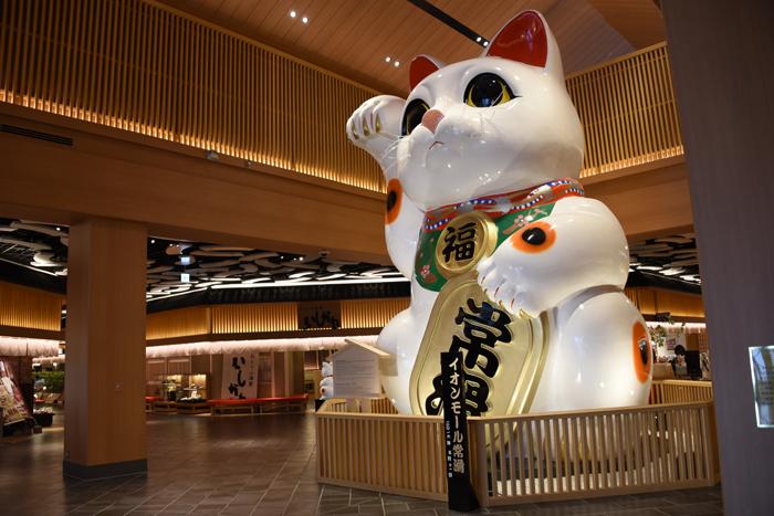これはすごい!世界最大級の巨大招き猫!イオンモール常滑(愛知県)_e0171573_17371668.jpg