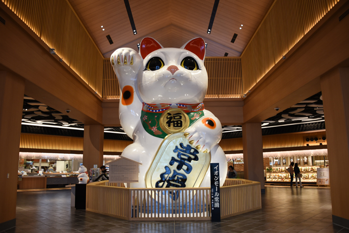 これはすごい!世界最大級の巨大招き猫!イオンモール常滑(愛知県)_e0171573_17372648.jpg