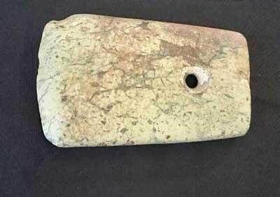 刻文付有孔石斧(中国名:刻文付石鉞)縄文時代中期寄贈さる_f0168873_2127210.jpg