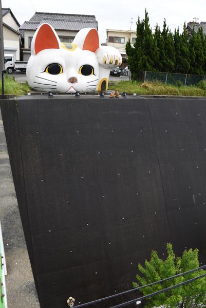 猫好き必見?!住宅街に現れる「張りぼて」巨大招き猫がおもろい!愛知・常滑のとこにゃん_e0171573_2051950.jpg