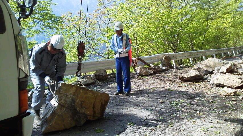 5月17日。昨日の雨のいたずらで 大きな石が踏ん張っていました。伐採の車が石を退けて一件落着。仕事のできる道具と使える男は良いなあ。_c0089831_983756.jpg