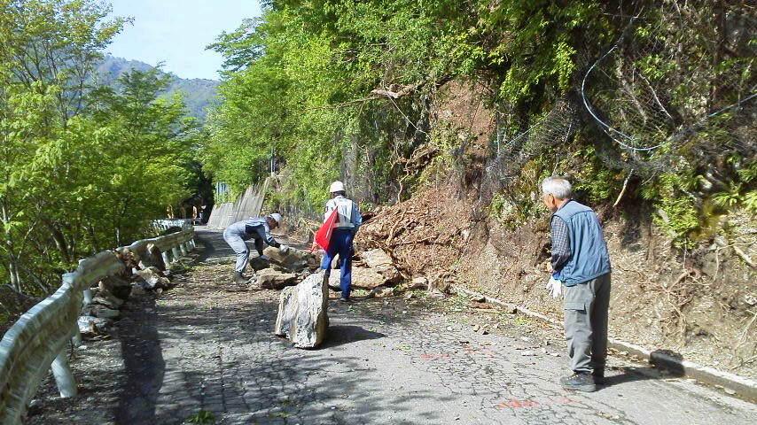 5月17日。昨日の雨のいたずらで 大きな石が踏ん張っていました。伐採の車が石を退けて一件落着。仕事のできる道具と使える男は良いなあ。_c0089831_983772.jpg
