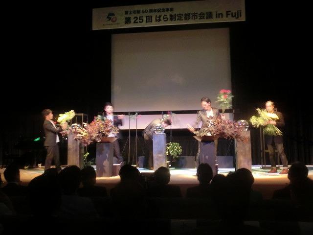花で「想いの重さ」を表現するフラワーパフォーマンス集団「gram.」 ばらサミット in Fuji_f0141310_740413.jpg