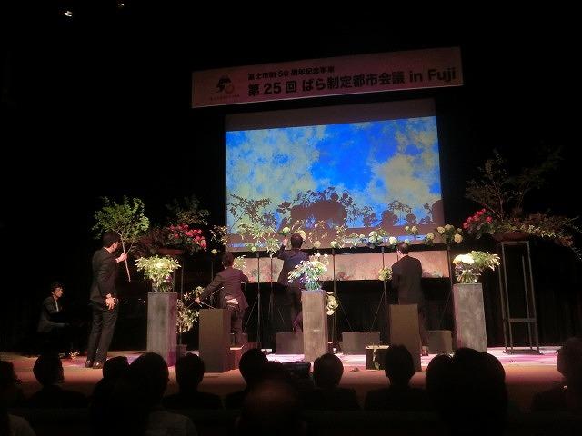 花で「想いの重さ」を表現するフラワーパフォーマンス集団「gram.」 ばらサミット in Fuji_f0141310_7424356.jpg