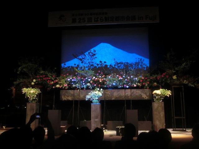 花で「想いの重さ」を表現するフラワーパフォーマンス集団「gram.」 ばらサミット in Fuji_f0141310_7433096.jpg