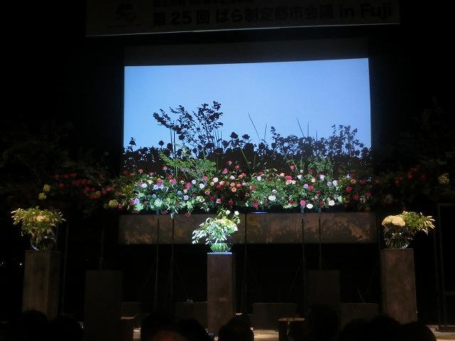 花で「想いの重さ」を表現するフラワーパフォーマンス集団「gram.」 ばらサミット in Fuji_f0141310_7434343.jpg