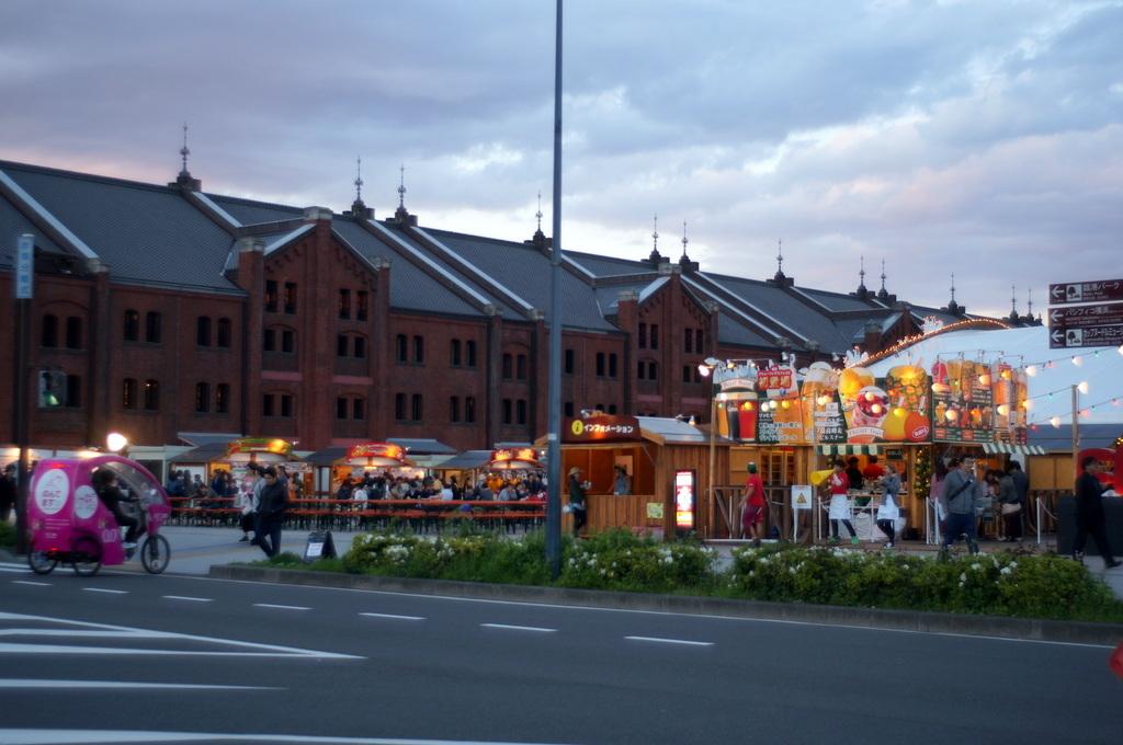 横浜レンガ倉庫、春のビール祭りにて。_c0180686_01541018.jpg