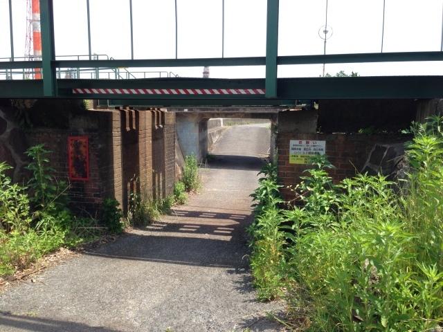 煉瓦積みの古い橋脚のたもとで過ごす時間。_a0334793_22372592.jpg