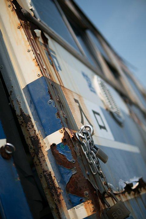 青と白と赤で塗り分けられた廃バス_d0353489_21465511.jpg