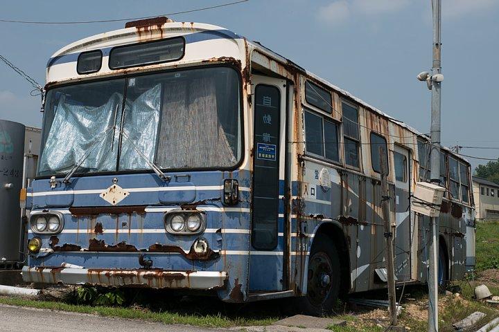 青と白と赤で塗り分けられた廃バス_d0353489_21534192.jpg