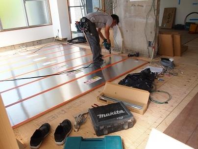 床暖房のパネル敷き込み_e0010955_06100054.jpg