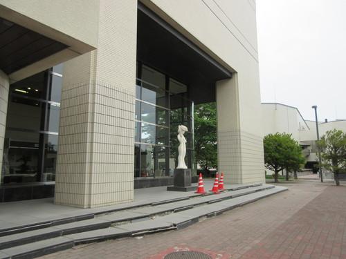 足元危うい八戸市庁舎管理_b0183351_7442369.jpg