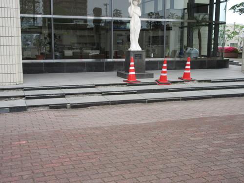 足元危うい八戸市庁舎管理_b0183351_7445751.jpg