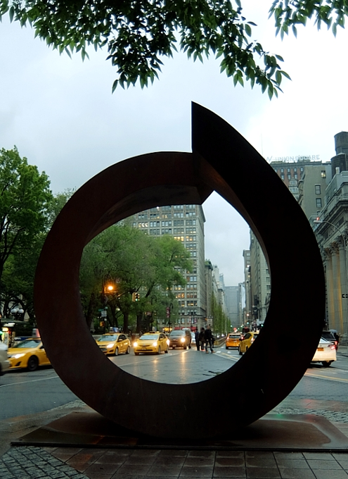 "NYの街角に巨大なまーるい輪のアート、""My Circle\"" by Beverly Pepper_b0007805_18372411.jpg"