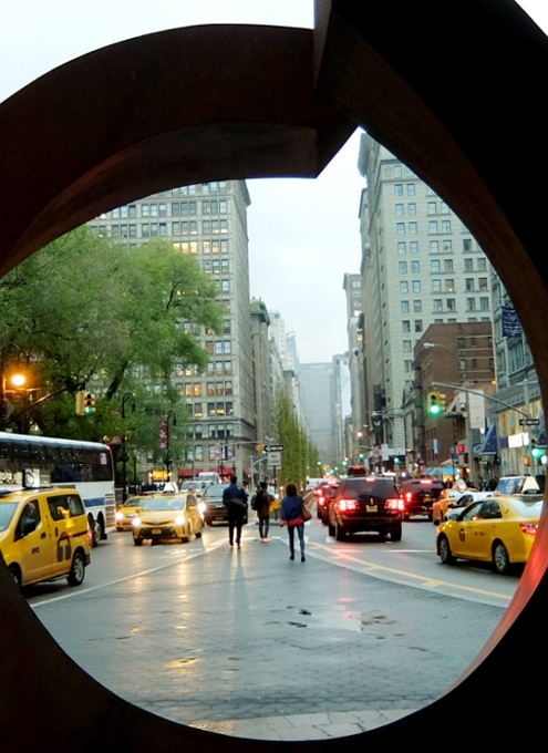 "NYの街角に巨大なまーるい輪のアート、""My Circle\"" by Beverly Pepper_b0007805_18373773.jpg"