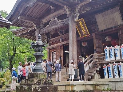 雨降りの毘沙門堂と観光者_c0336902_16241795.jpg