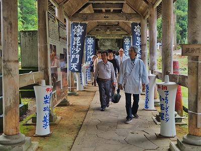 雨降りの毘沙門堂と観光者_c0336902_1624796.jpg