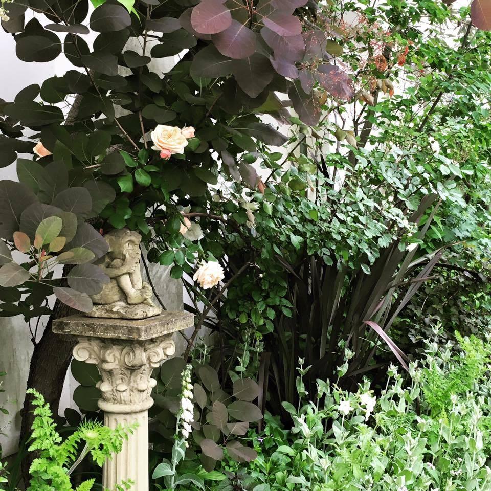 庭の番人・・・グレムリン_b0137969_06202503.jpeg