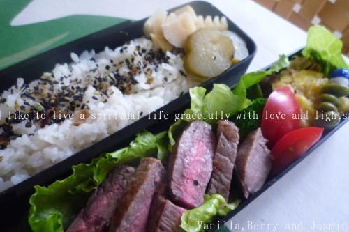 【今日のお弁当】「鮭のムニエル弁当」&「豪華!ステーキ弁当」_c0332287_10455795.jpg