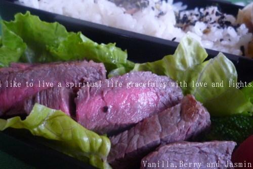 【今日のお弁当】「鮭のムニエル弁当」&「豪華!ステーキ弁当」_c0332287_10455893.jpg