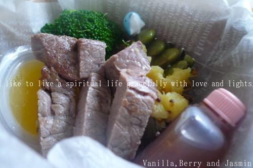 【今日のお弁当】「鮭のムニエル弁当」&「豪華!ステーキ弁当」_c0332287_10461807.jpg