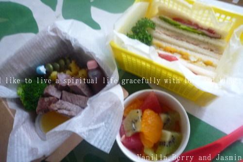 【今日のお弁当】「鮭のムニエル弁当」&「豪華!ステーキ弁当」_c0332287_10462206.jpg