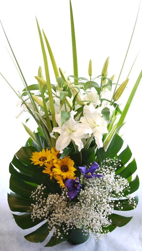 枕花に。アレンジメント2種。北20西15にお届け。_b0171193_18245913.jpg