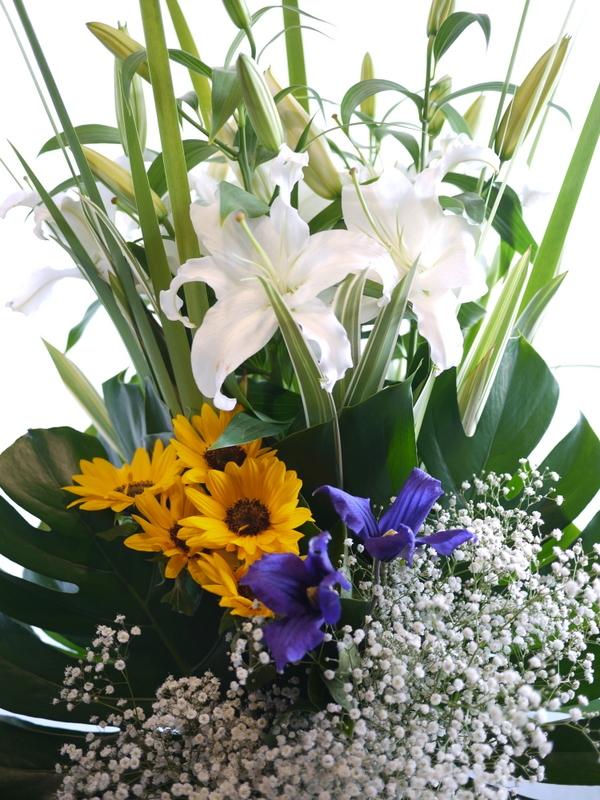 枕花に。アレンジメント2種。北20西15にお届け。_b0171193_18250383.jpg