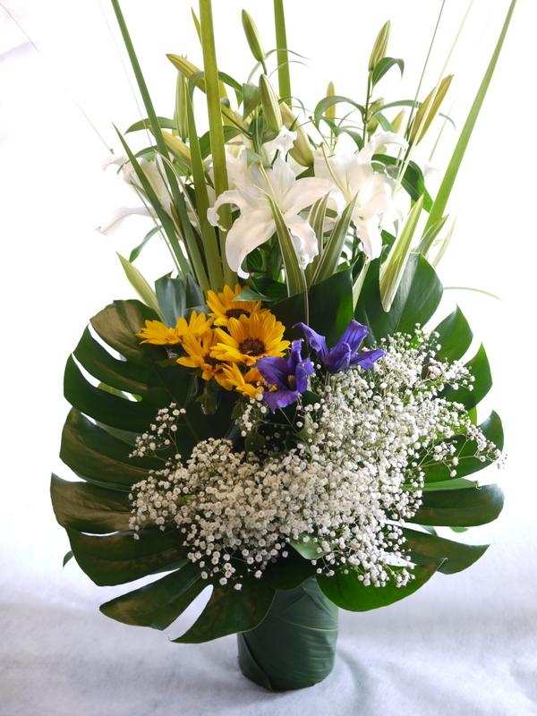 枕花に。アレンジメント2種。北20西15にお届け。_b0171193_18250642.jpg