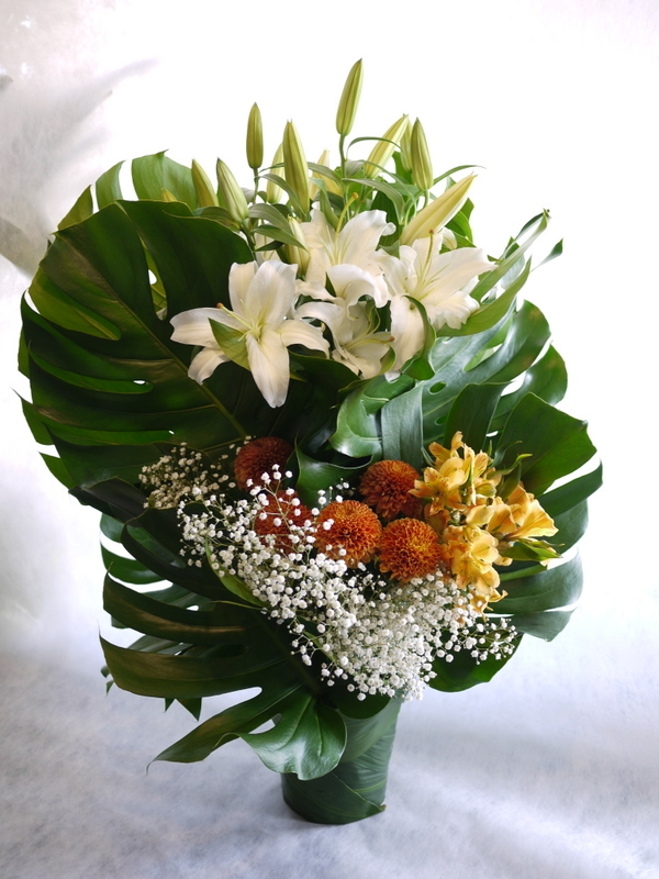 枕花に。アレンジメント2種。北20西15にお届け。_b0171193_18251146.jpg
