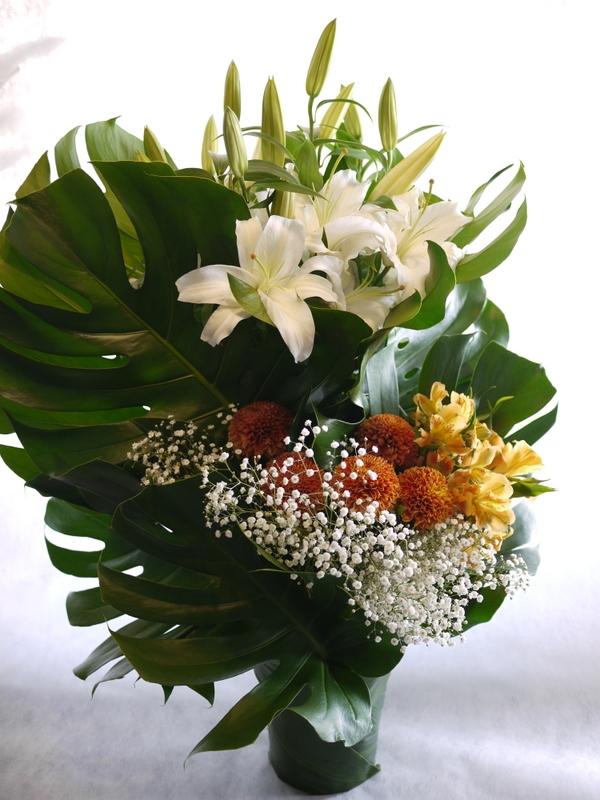 枕花に。アレンジメント2種。北20西15にお届け。_b0171193_18252490.jpg