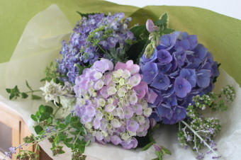 * 6月 flower room 紫陽花の花束とコサージュ♪ *_a0161718_18582675.jpg