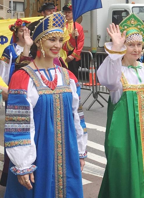 NYの街角で遭遇したロシアの民族衣装姿の方々_b0007805_8394019.jpg