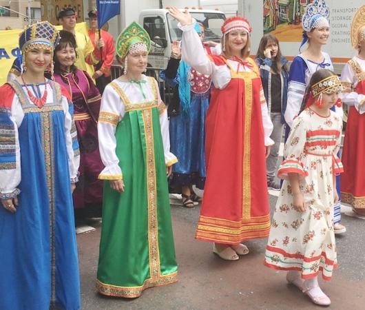 NYの街角で遭遇したロシアの民族衣装姿の方々_b0007805_8395690.jpg