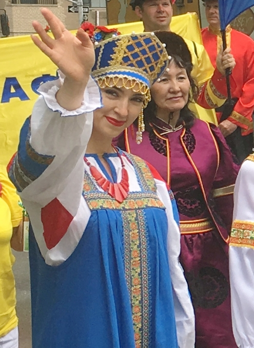 NYの街角で遭遇したロシアの民族衣装姿の方々_b0007805_8403298.jpg