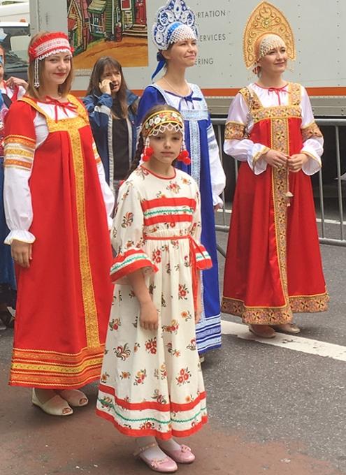 NYの街角で遭遇したロシアの民族衣装姿の方々_b0007805_8404531.jpg