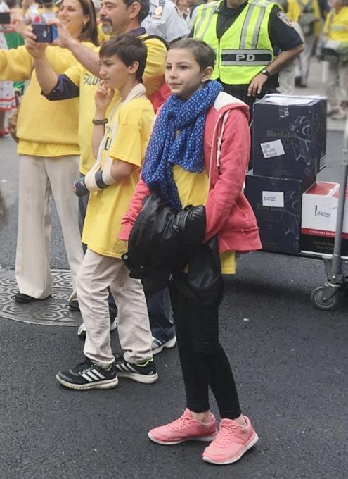 NYの街角で遭遇したロシアの民族衣装姿の方々_b0007805_841124.jpg