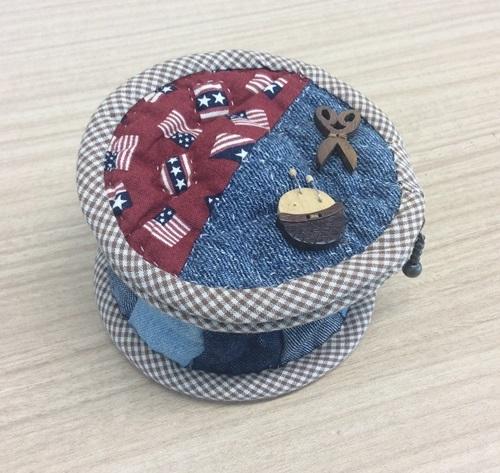 お手製の裁縫道具入れ_c0357605_10425694.jpg