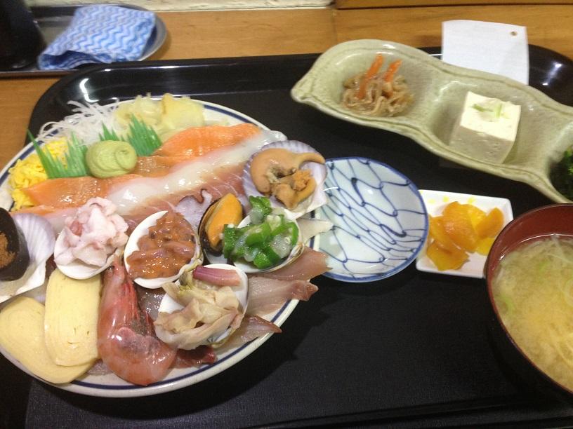 昨日これ食べました。スペシャル海鮮丼。_f0362073_16552216.jpg
