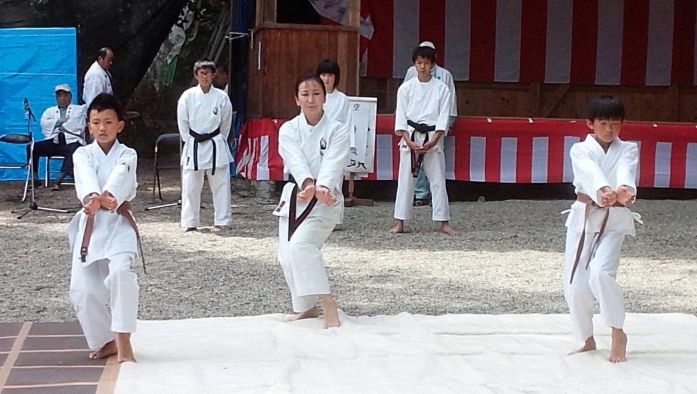 護山神社春の祭典(空手奉納)_d0010630_16220359.jpeg