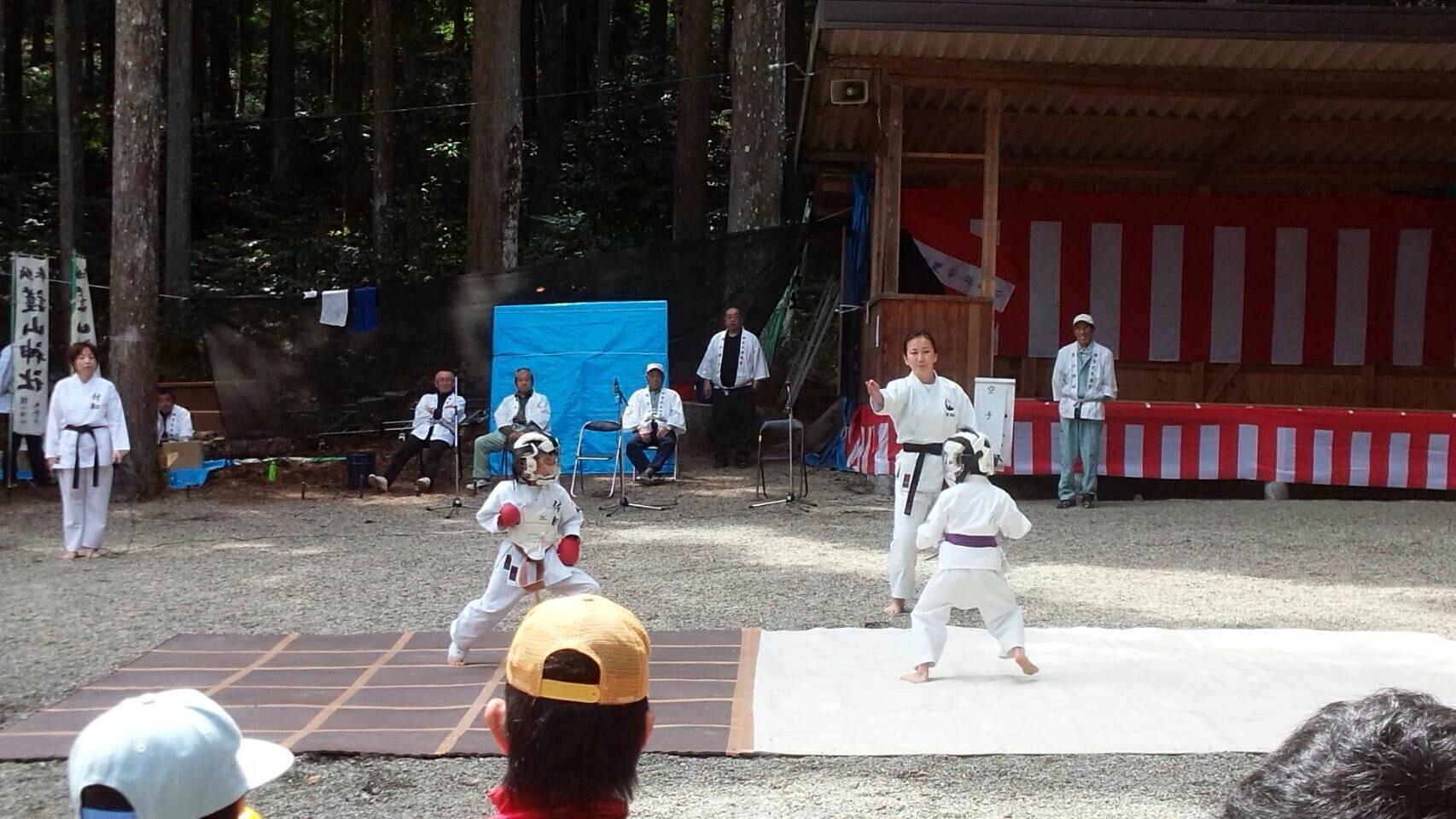 護山神社春の祭典(空手奉納)_d0010630_16261843.jpeg