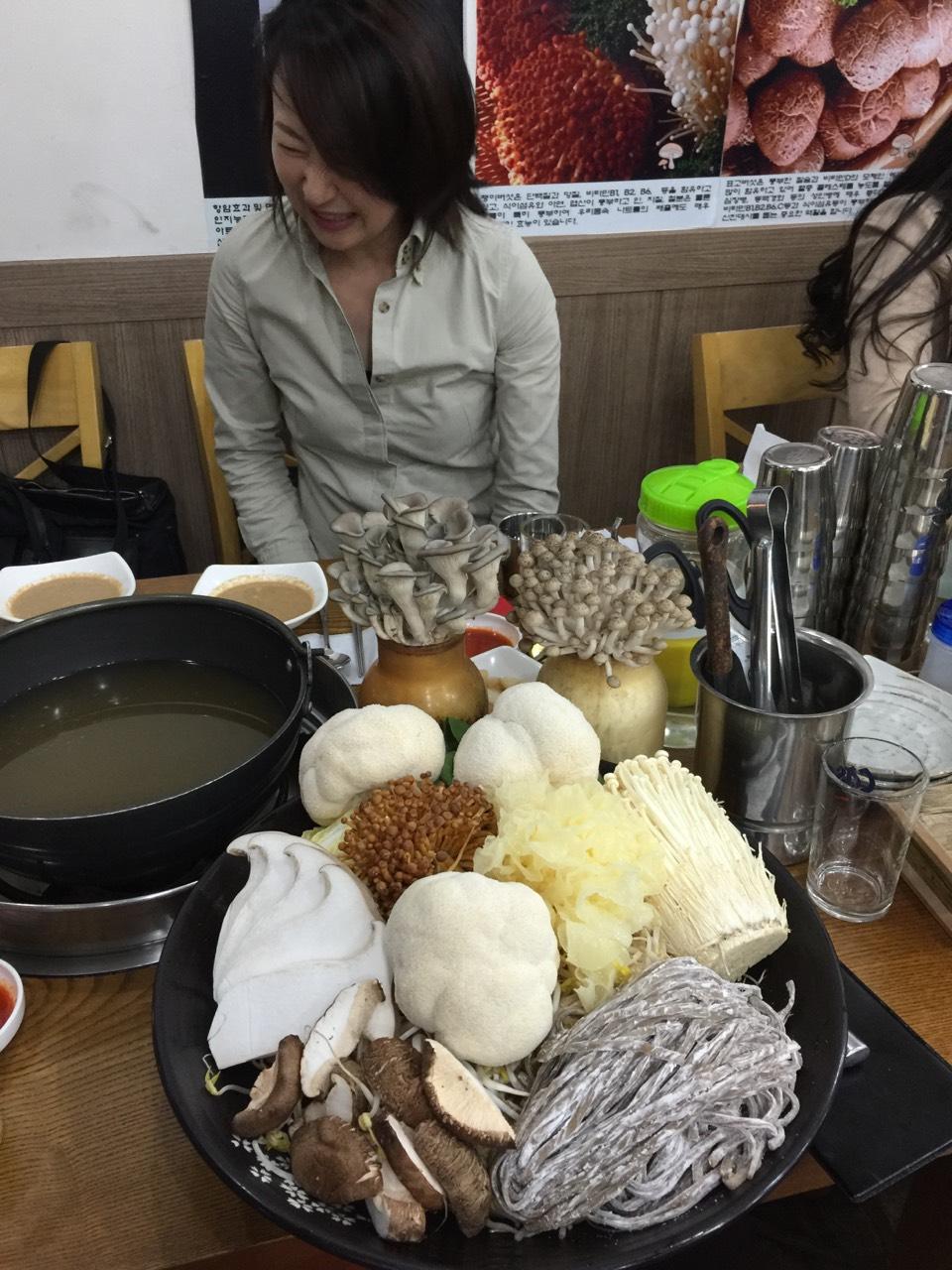 驚愕のキノコ鍋 in 弘大(ホンデ)_b0060363_1502561.jpg