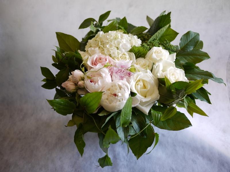 ご結婚されるお二人へ。「白~グリーン、淡色系で」。宮の森フランセス教会にお届け。_b0171193_21194117.jpg
