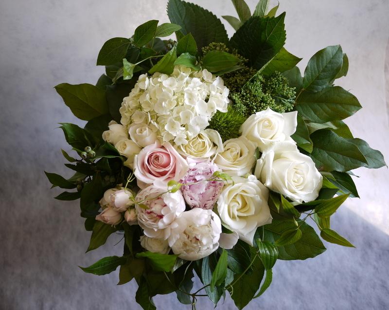 ご結婚されるお二人へ。「白~グリーン、淡色系で」。宮の森フランセス教会にお届け。_b0171193_21195828.jpg