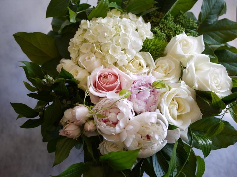 ご結婚されるお二人へ。「白~グリーン、淡色系で」。宮の森フランセス教会にお届け。_b0171193_21200831.jpg