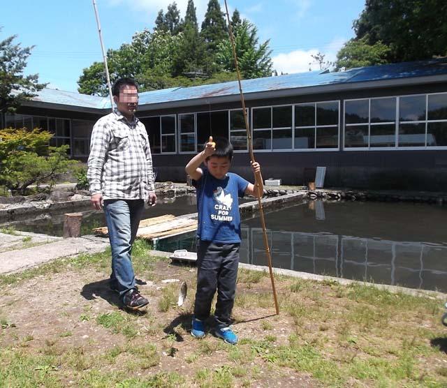 孫たちの初めての釣り堀_f0019498_803429.jpg