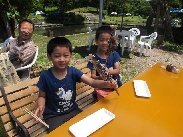 孫たちの初めての釣り堀_f0019498_862063.jpg