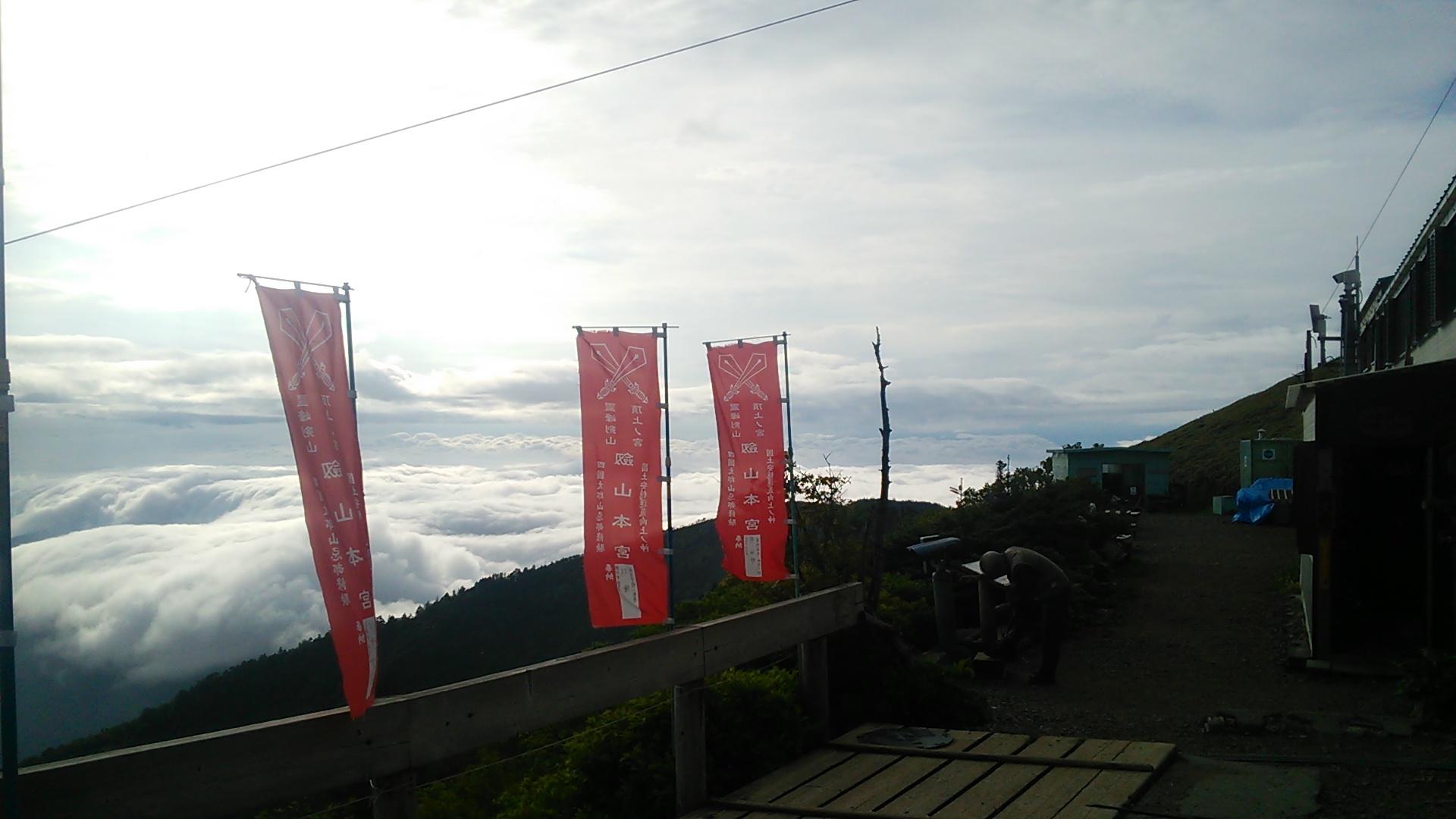 6月12日 朝の気温12度。現在 日が射しています。梅雨の間のめっけものです。_c0089831_6423241.jpg